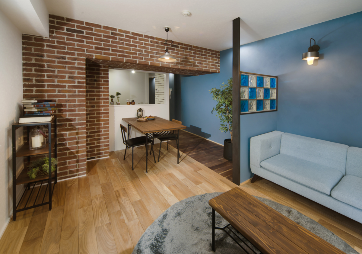 色鮮やかなガラスブロック×レンガの柱のカフェ風リノベ