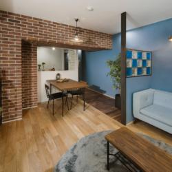 色鮮やかなガラスブロック×レンガの柱のカフェ風リノベ(2)