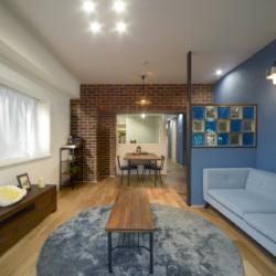 色鮮やかなガラスブロック×レンガの柱のカフェ風リノベ(1)