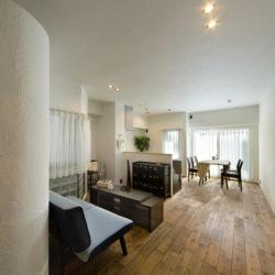 カーブのある漆喰の壁と明るい解放感のあるお家(1)
