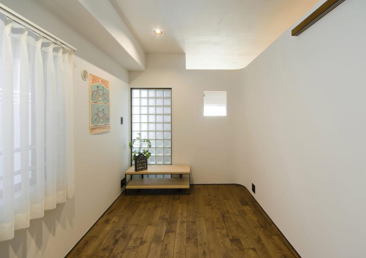 カーブのある漆喰の壁と明るい解放感のあるお家