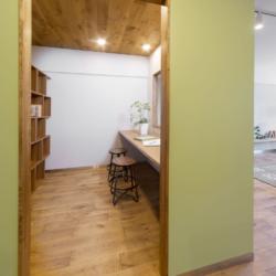 書斎の小部屋がリビングを見渡せる、 コミュニケーションのとりやすい空間(3)
