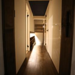 深海のようなネイビーブルーの天井を見上げて、ほっとくつろげるお部屋(8)