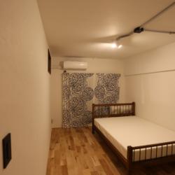深海のようなネイビーブルーの天井を見上げて、ほっとくつろげるお部屋(12)