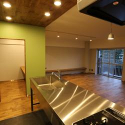 書斎の小部屋がリビングを見渡せる、 コミュニケーションのとりやすい空間(11)