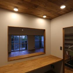 書斎の小部屋がリビングを見渡せる、 コミュニケーションのとりやすい空間(10)