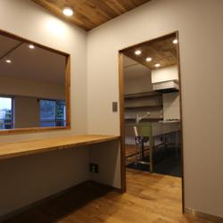 書斎の小部屋がリビングを見渡せる、 コミュニケーションのとりやすい空間(9)