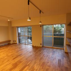 書斎の小部屋がリビングを見渡せる、 コミュニケーションのとりやすい空間(8)