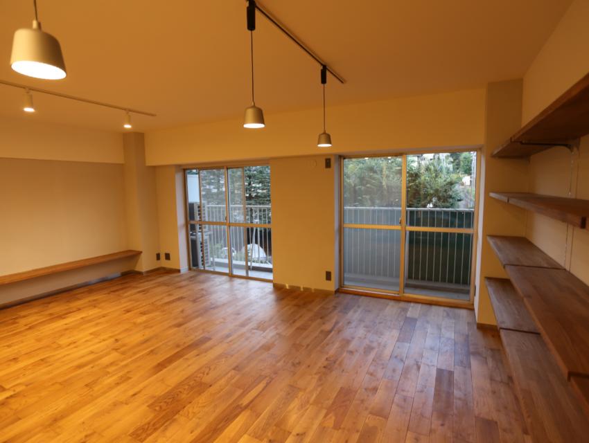 書斎の小部屋がリビングを見渡せる、 コミュニケーションのとりやすい空間