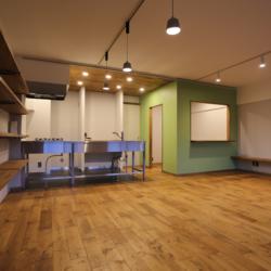書斎の小部屋がリビングを見渡せる、 コミュニケーションのとりやすい空間(4)