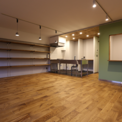 書斎の小部屋がリビングを見渡せる、 コミュニケーションのとりやすい空間(5)