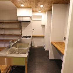 書斎の小部屋がリビングを見渡せる、 コミュニケーションのとりやすい空間(6)