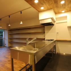 書斎の小部屋がリビングを見渡せる、 コミュニケーションのとりやすい空間(7)